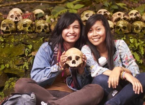 Berfoto dengan Tulang