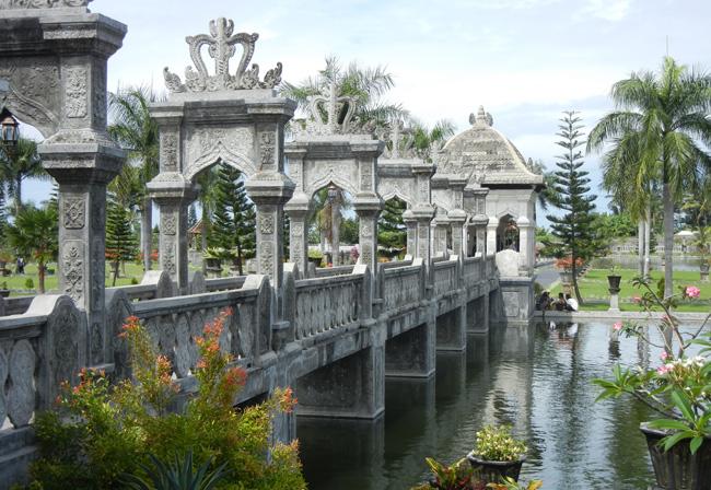 Jembatan gerbang masuk Taman Ujung